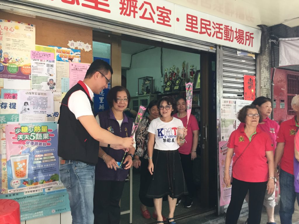 Taiwanese public office candidate on hsieh-piao tour